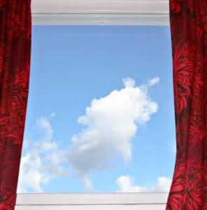 Ob aus Holz, PVC oder Aluminium - zu neuen Fenstern sollten immer mehrere Angebote eingeholt werden.